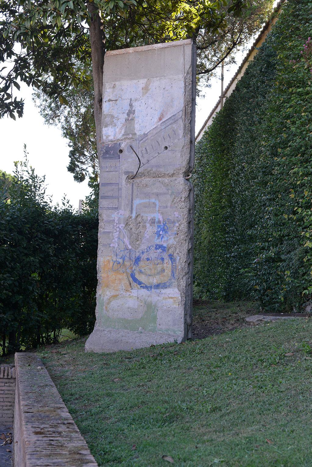 Come Abbattere Un Muro un frammento del muro di berlino nei giardini vaticani
