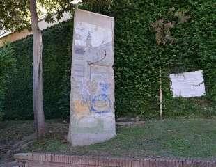 Un frammento del muro di Berlino nei Giardini Vaticani